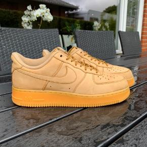 ❌solgt❌ ❌solgt❌ ❌solgt❌    Sælger dette par Nike Air Force 1 07 lv8 brown suede, som har en masse liv tilbage. Brugt meget lidt. Ingen flaws eller fejl. Prisen er 450,- Nypris 1100,- Str. 41 Cm. 26