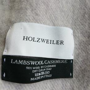 Holzweiler Tørklæde, Næsten som ny. Haslevangen - Super blødt luksus halstørklæde sælges billigt. Brugt én gang og vasket engang på skånevask. Vil blive strøget inden det sendes! :) Np: 1200 Materiale: 90% uld, 10% cashmere. Holzweiler Tørklæde, Haslevangen. Næsten som ny, Brugt og vasket et par gange me