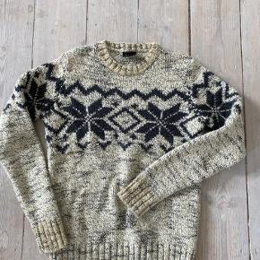 Super fin sweater fra VILA med guld lurex i halskant og ærme rib. Alrig brugt