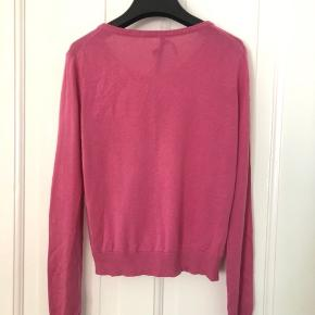 Smuk lyserød cardigan fra Lovechild i cashmere/silke-blanding (55% silke og 45% cashmere). Brugt en enkelt gang. Kan afhentes i Kbh og sender ikke 🌸