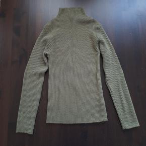 Army grøn trøje fra pieces i str. s.  Måler ca. 30 cm over bryst og 52 cm fra skulder og ned. Der er meget stræk i stoffet og kan give sig til ca 50 cm over bryst.  Hentes i Roskilde, eller sender mod betaling af fragt.