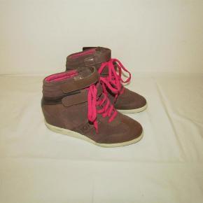 Bjørn Borg korte støvler i lysebrunt skind med velcro lukning og pink snørebånd sælges.  støvler Farve: brun Oprindelig købspris: 900 kr.
