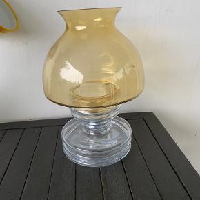 Nanny Still Apollo lygte fra Riihimäen. Gul skærm og komplet med indsats så den både kan bruges til alm lys og fyrfadslys. Højde 26 cm og diameter ca 17 cm. Fin stand - sendes ikke. Pris kr 325