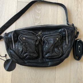 Rigtig fin taske! I en af de små lommer er læderet gået lidt i stykker men det er ikke noget man ser.  Prisen er inklusiv fragt