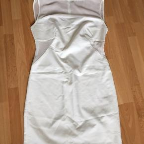 Lækker hvid kjole med skjult lynlås bagpå, har kun været på en gang til en fødselsdag, meget fin.