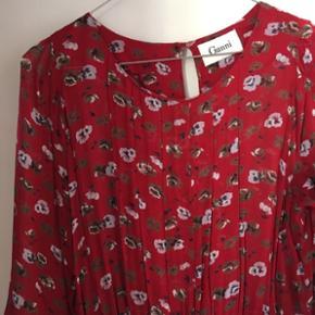 Fineste peplum-kjole fra Ganni  Str. står ikke i, men passer en str. 36-38 🌺 Brugt 1 gang - i flot stand (en lille syning er blevet syet, det kan ikke ses) Afhentes i Aalborg eller sendes Byd gerne ☺️ kan sende flere billeder