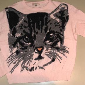 Varetype: Strik Størrelse: 2 / M / 38 Farve: Lyserød Oprindelig købspris: 1499 kr.  Lækker tynd strik med kat på maven