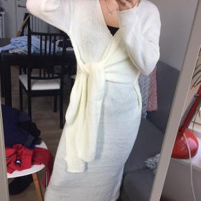 Mega lækker slå-om kjole i strik💛 Aldrig brugt (andet end på billederne)  ONESIZE (Jeg er selv en str. xs, og den er lidt for stor til mig, så ville personligt sige at den matcher en str. s/m eller endda en str. l (kommer an på hvor tæt den skal sidde))