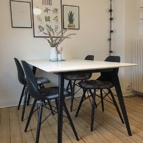 Jeg sælger mine fire stole og lammeskinds siddehynder dertil. Alt sammen fra Sinnerup.  Brugt sparsomt. Np; 2496kr.