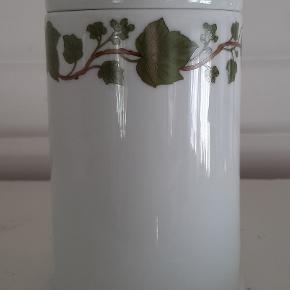 Porcelaine de Paris - Les Bains Se vores, decor Lierre. H. 17 cm.