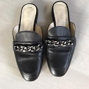 Fin sort loafer med sølv kæde foran - købt for små