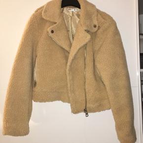 Nasty gal teddy Bear jakke i beige str medium men fitter small. Aldrig brugt - ingen bytte