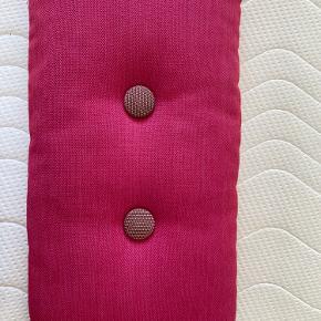 Hay pude med grå knapper på den ene side og pink på den anden. Fremstår som ny