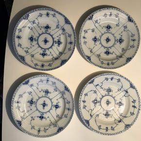 Musselmalet halvblonde middagstallerkener nr 571, diameter 25 cm. 4 stk meget flotte uden skår. De er alle malet for mere end 45 år siden i Danmark. Pris kr 575 pr stk, eller samlet kr 2.200 Skal afhentes i Kbh, Vesterbro (sendes ikke) Ring 24611878