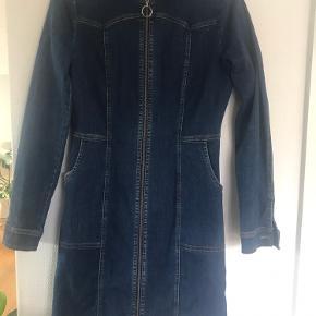 Sælger denne Gestuz denim kjole brugt og vasket 2 gange kan både bruges som kjole og åben