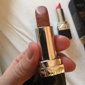 To flotte læbestifter fra DIOR en i koral og en i lys brun/nude  Kun brugt få gange 50 kr stk- 100kr samlet Fin stand  Sælges helst samlet