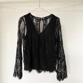 En rigtig fin trøje, med blonder!  Prisen er 70kr, eller kom med et bud;)  Prisen er uden fragt! BYD! Skal bare væk!