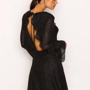 Smuk kjole fra Nelly med glimmer og åben ryg. Aldrig brugt og stadig med prismærke. 🌸