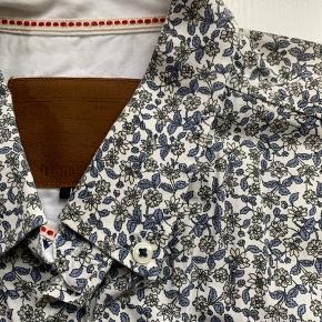 Blomstret sommerskjorte fra Minimum. Brugt få gange, så den er i meget god stand. Originalpris: 399 kr. Materiale: 100% Bomuld.
