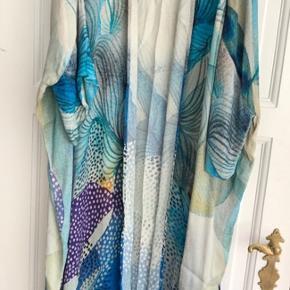 Smukkeste Viscose all over print kimono fra Blank London. Nypris 1500,- Kan bruges med bælte som kjole eller åben som kimono
