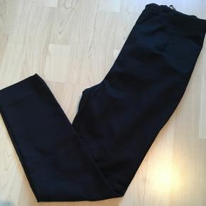 Super fede jakkesæts-lignede bukser med 3/4 længde. De er højtaljede & lukkes med lynlås bagpå.  De er små i størrelsen, så passes nok bedst af en str. 36  Nypris: 500kr  64% bomuld 33% polyamide 3% spandex  De er egentlig fra Very, det tidligere Y.A.S