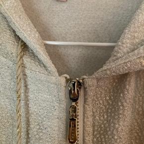 Sød hoodie/cardigan med den fineste guldtråd/gulddetaljer fra Buch.  Virkelig smuk og rigtig fin til de fleste outfits ❤️  Str. S   #Secondchancesummer