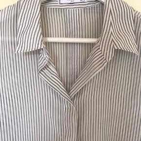 Skjorte fra mango. Brugt en del.
