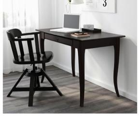 Sortbrun skrivebord fra IKEA med stor skuffe nedenunder. Stort set aldrig brugt, men har stået til opbevaring hjemme hos mine forældre. Afhentes i Hadsund eller ved aftale muligvis i Aalborg.  Mål: L: 118 x B: 60  I/du er velkomne til at byde. 😊