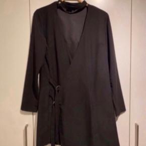 Flot sort kjole med spænder fra ASOS.   - Str. 38.  - Næsten som ny.  - Nypris 599,-   Se også mine andre fine annoncer. Giver gerne mængderabat og sælger billigt ud 💕  #secondchancesummer