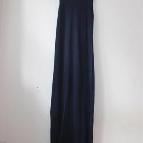 Der står L i den men den passer str s/m  Den når mig til anklerne (jeg er 168 cm)  Super flot kjole