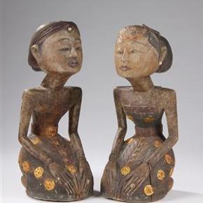 Kunsthåndværk: 2 stk KÆMPE STORE Skulpturer fra Indien - exotiske og smukke  To KÆMPE STORE skulpturer i mørkt træ af en knælende kvinde og en knælende mand i indiske dragter. Figurerne er udskåret i træ og er dekoreret med forskellige metaller og udskæringer.  Skulpturerne er fra Indien og er adskellige år gamle. Deres højde er henholdsvis på 44 cm og på 43 cm  Begge skulpturere for 875 kr.  Ingen byt, og prisen er fast