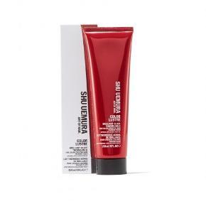 Denne Shu Uemura Art of Hair Color Lustre Thermo-Milk (150 ml) er en farvebevarende leave-in creme, der beskytter dit hår fra at falme for hurtigt, og samtidig plejer dit hår og giver utrolig flot glans. Det giver dit hår en vægtløs, glaseret finish og forhindrer din farve fra forsvinde. Er varmebeskyttende og indeholder moskusrosenolie som er rig på fedtsyrer, og A-vitamin samt gojibærekstrakt, der beskytter mod oxidation og farvefalmning. Den er fri for parabener og egnet til naturligt til farvebehandlet hår.   Derudover har den en dejlig duft af japansk rose og kan prale af den følgende sammensætning:  Topnoter: Mandarin, grapefrugt, solbær, kardemommeessens Hjertenoter: Rose, freesia, viol Basisnoter: sandeltræ, moskus, vanilje  NEJ TAK TIL BYTTE OG BUD.