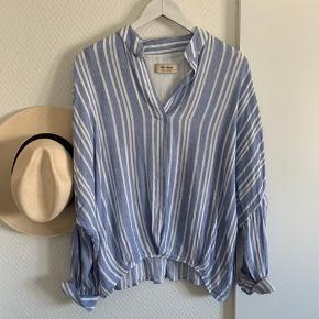 Smukkeste hør bluse med striber.  Nypris 700 / sælges for 300 pp.  Den er stor i størrelsen, XL kan også passe den.  Bytter knke