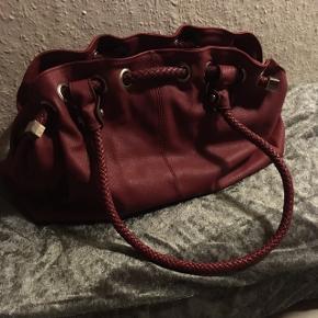 Håndtaske med flere gode rum i mørk bordeaux rød. Køber betaler Porto