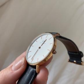 Ur fra Daniel Wellington, rose gold/ guld med læderrem. Virker ikke, der skal nyt batteri i.