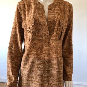 Smukke silke bluse fra DVF.  Brugt lidt men fejler absolut intet v Byttes ikke.