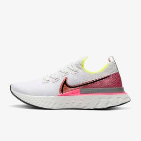 NIKE REACT INFINITY RUN FLYKNIT WOMEN'S RUNNING SHOES - SP20  Prisvindende løbesko fra Nike. Helt nye aldrig brugt. Sælger kun fordi de er en størrelse for store og ønsker, at købe dem i mindre. Nypris 1.300 kr. str. 38,5 👟🏃🏼♀️ inkl. Nike skoæsken