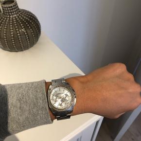 Jeg sælger mit dyrberg kern ur i sølv. Det er 3 år gammelt, men helt intakt udover at der skal nyt batteri i og at der mangler én sten øverst - dette er dog ikke noget man ser. Nypris er cirka 2000kr. Har ekstra led til uret 😄 er meget åben for bud!