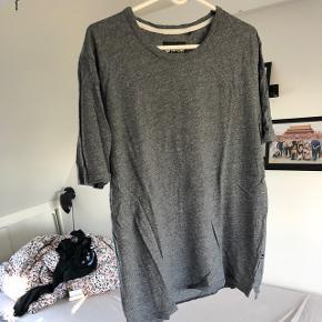 Super lækker minimum t-shirt, næsten aldrig brugt, størrelse x-large Sælges til 100kr