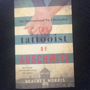 The Tattoist Of Auschwitz af Heather Morris. VIGTIGT: den er på engelsk.