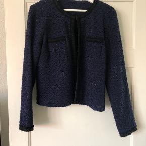 Blazer/boucle jakke fra Only sælges. Jakken er i mørkeblå med sorte detaljer, sorte nistre så den glimter en smule og i str. 42. Jakken er købt hos Only og sælges for 100 kr. plus porto.