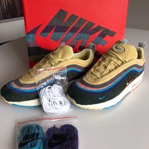 Helt ubrugte, Alt originalt medfølger Nike Sean Wotherspoon 1/97 Str 41 // US 8  Passer fra størrelse 41-42  De hvide snørrebånd samt wavepatch'ne sidder stadig fast på skoen. De lilla og blå medfølger snørrebånd medfølger  Søgeord: Air Max, More air, 97, 1, Sneakers