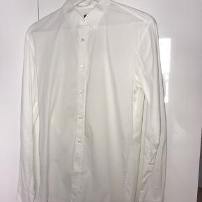 Super lækker slim fit hvid Hugo Boss skjorte. Ny pris 1000 kr.