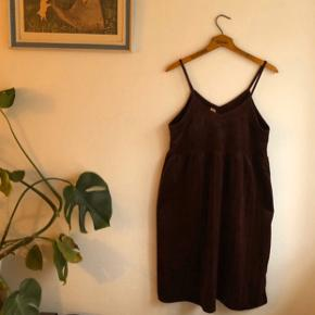 Virkelig fin mørkerød velour kjole.  Den er købt i Japan, og str. siger L, men er en smule lille, kan nok bruges af både M og L.  Brugt en del, men er i ret god stand, og ikke noget tydeligt slid 🌸  #30dayssellout