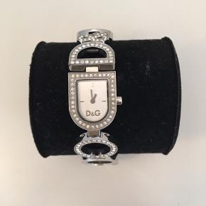 D&G ur i sølv. Flot stand Ekstra led medfølger - så uret kan gøres større. Man kan ligeledes selv fjerne led af uret.