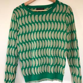 Flot og farverig bluse i grøn og guld fra Storm & Marie. Passer til både bukser og nederdel. Str. small. Brugt få gange - stort set som ny. Kan afhentes på Amager eller sendes - køber betaler for porto.