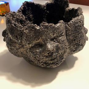 Keramik skål, motiv: Keramik skål  Unika keramik skål af Anne Møller i grå metallic farve.  Har 5 forskellige hoveder på siden af skålen.  Måler dia ca 25 cm, højde ca 17 cm.  Pris kr. 2,500,- incl. porto. Har bl.a. været brugt til stylingopgave i Femina, se sidste foto.