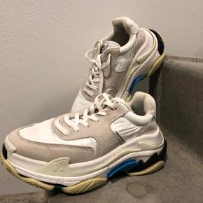BALENCIAGA triple S MINIMAL 8/10 condition, visible marks on the suede bits from the rain, could be restored professionally