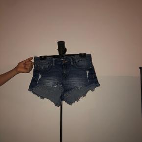 Korte sommer shorts fra H&M. Shortsene er brugt men er i god stand. Nypris 180kr