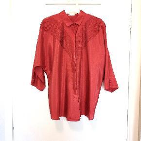 Smuk vintage skjorte i rå silke med flagermus ærmer og smukke detaljer. Ses på en 36, vil fitte 34/36/38.